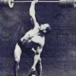 Photo d'un homme en train de faire du sport de force.