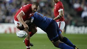 Un plaquage durant un match de rugby.