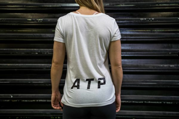 Le t-shirt ATP femme en blanc de dos.