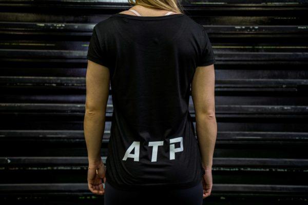 Le t-shirt ATP femme en noir de dos.