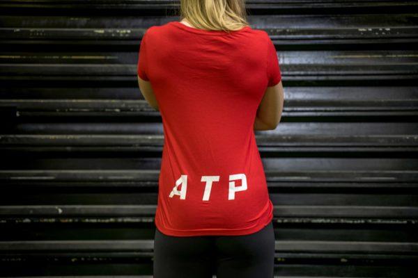 Le t-shirt ATP femme en rouge de dos.