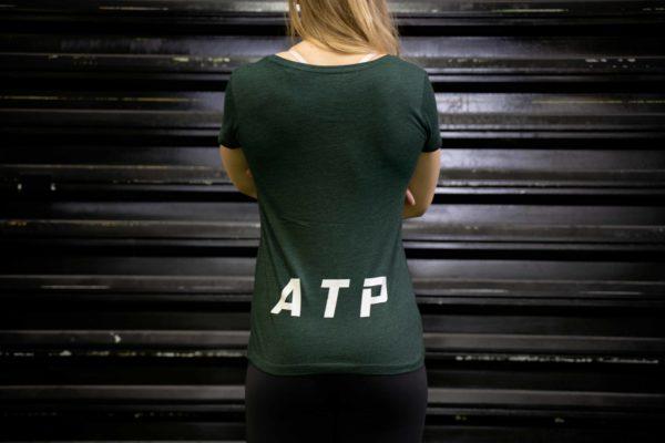 Le t-shirt ATP femme en vert de dos.