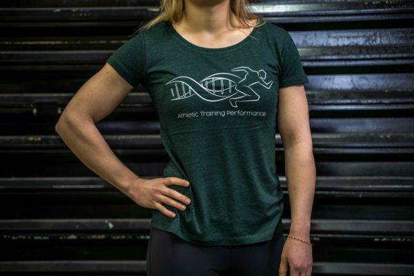Le t-shirt ATP femme en vert de face.