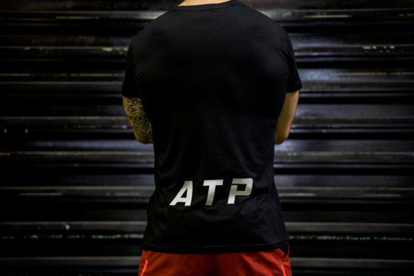 Le t-shirt ATP homme en noir de dos.