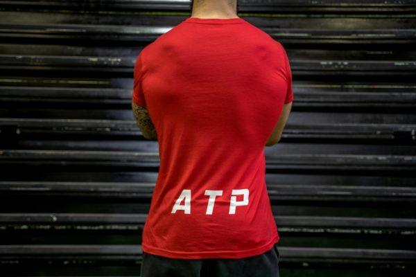 Le t-shirt ATP homme en rouge de dos.