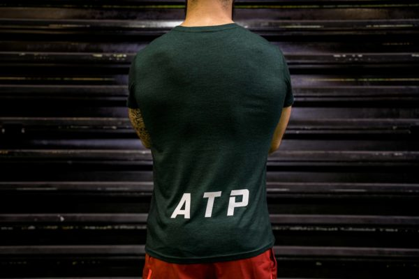 Le t-shirt ATP homme en vert de dos.